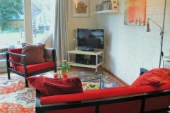 Blick auf die gemütliche Sitzecke mit dem Fernseher