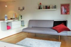 Das bequeme und moderne Sofa auf dem Podest dient als weiterer Schlafplatz