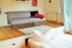 Das Bett befindet sich unter dem Podest und kann nach Bedarf heraus gezogen oder hinein geschoben werden