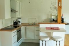 Die helle Einbauküche mit dem Sitzplatz am Tresen